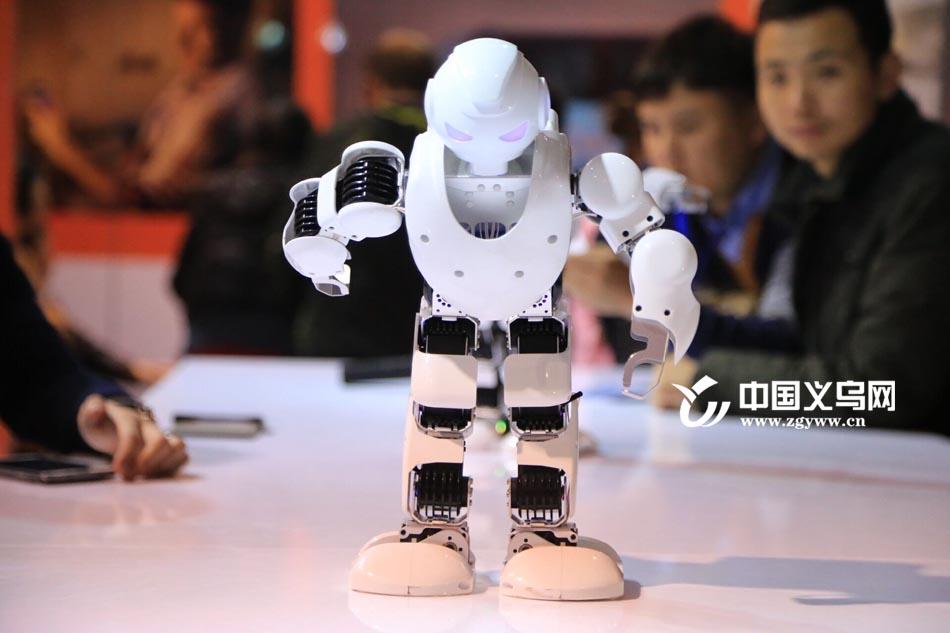 装博快报 |2999元一个的玩具机器人在装博会上卖脱销!