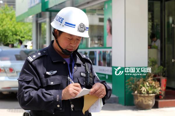 金敏飞:52岁老交警工作30年 曾半夜执勤血压猛升至220