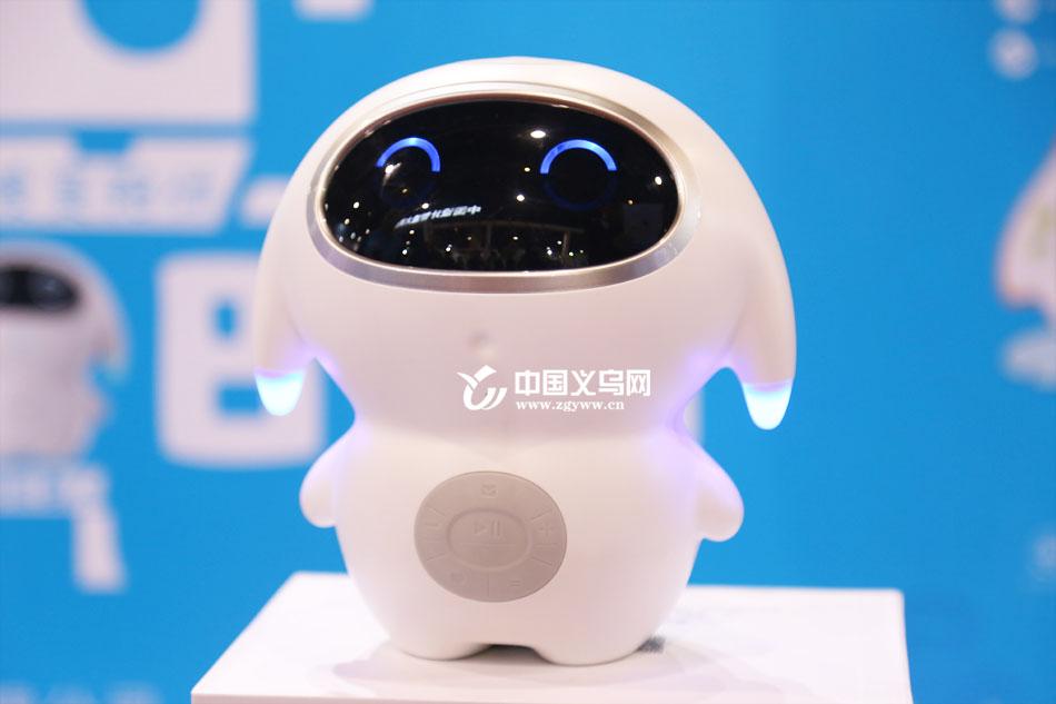 人工智能进万家 陪伴、清洁、礼仪机器人亮相装博会