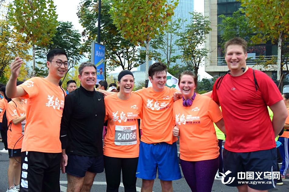 """明年还要参赛!51岁的乔纳森组织""""外国跑男队""""征战迷你马拉松"""