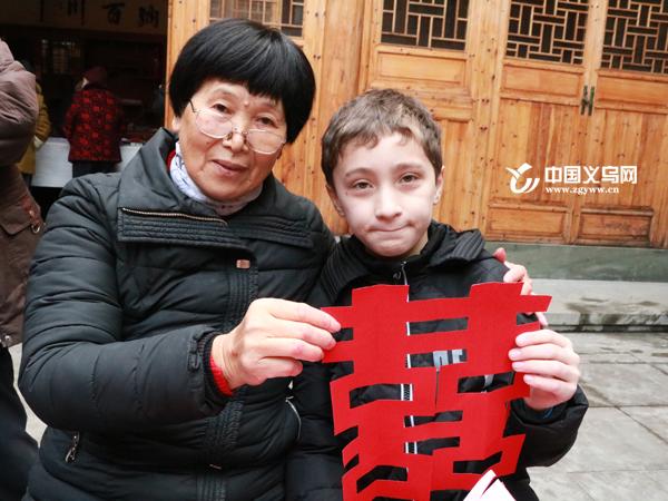 """剪纸迎新年 义乌文化礼堂里来了群""""洋徒弟"""""""