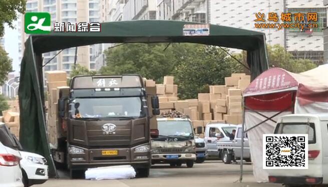 大型货车停两侧 道路变成停车场