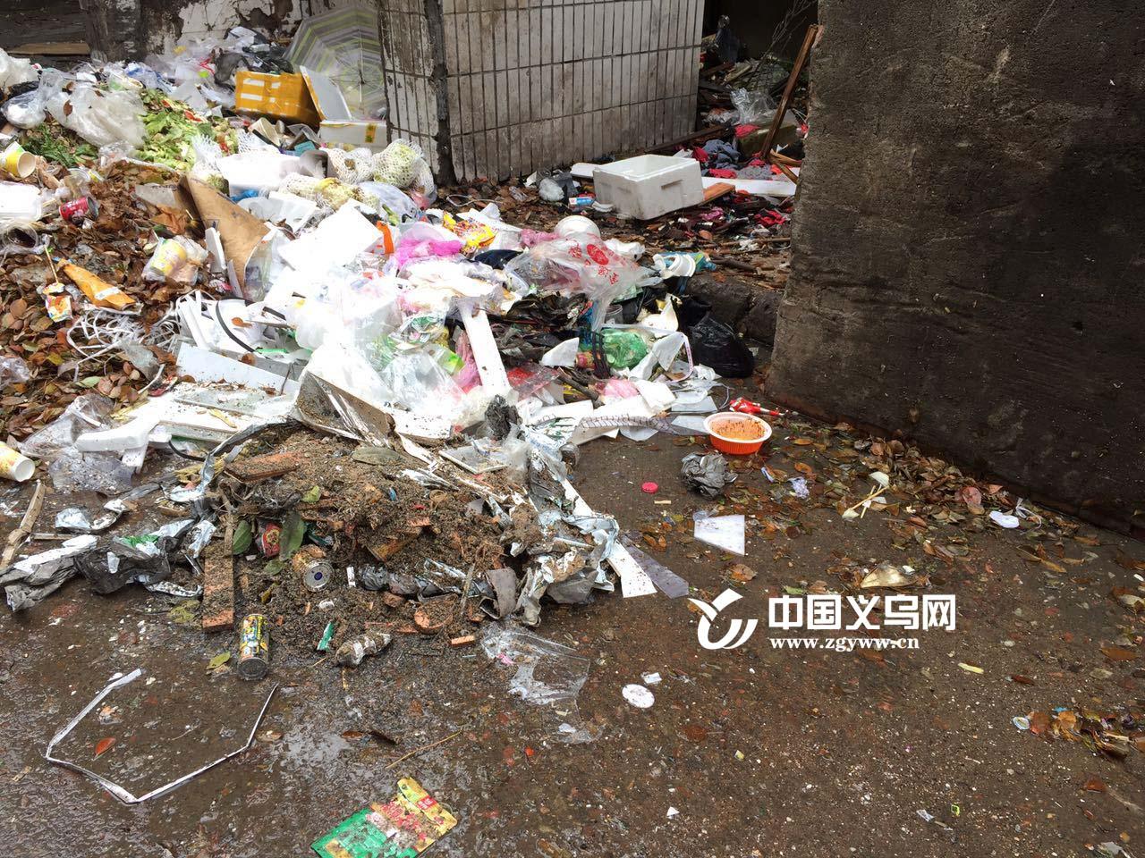 义乌青口一消防栓断裂20天 街面卫生情况不容乐观