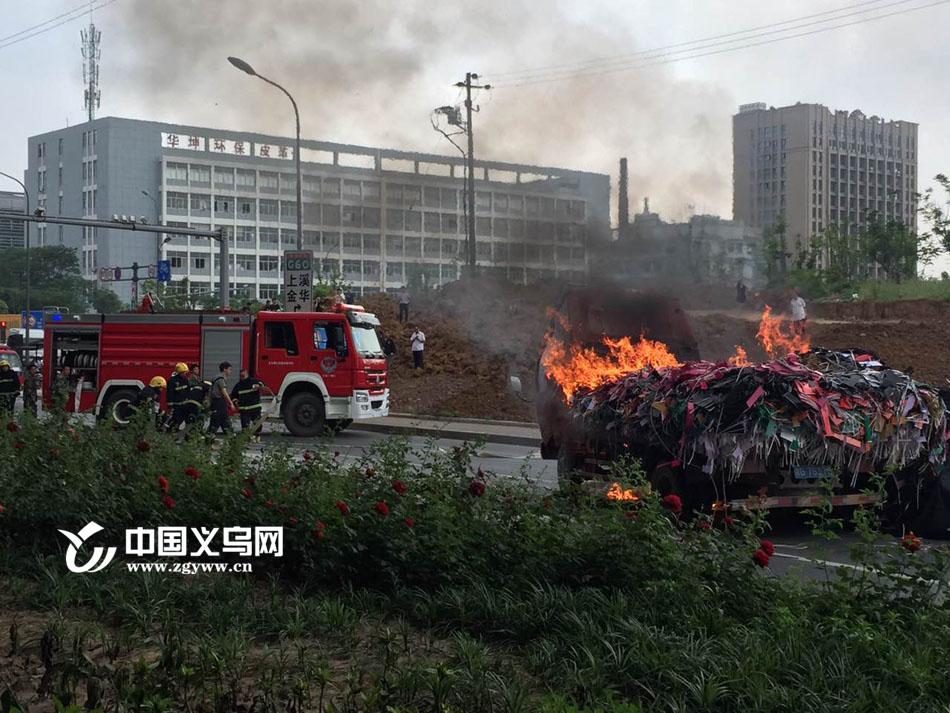 """【十八力】货车起火 义乌街头上演""""全民救援"""""""