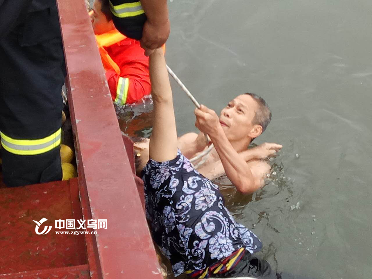 【十八力】身患癌症女子轻生 义乌民警跳江救人