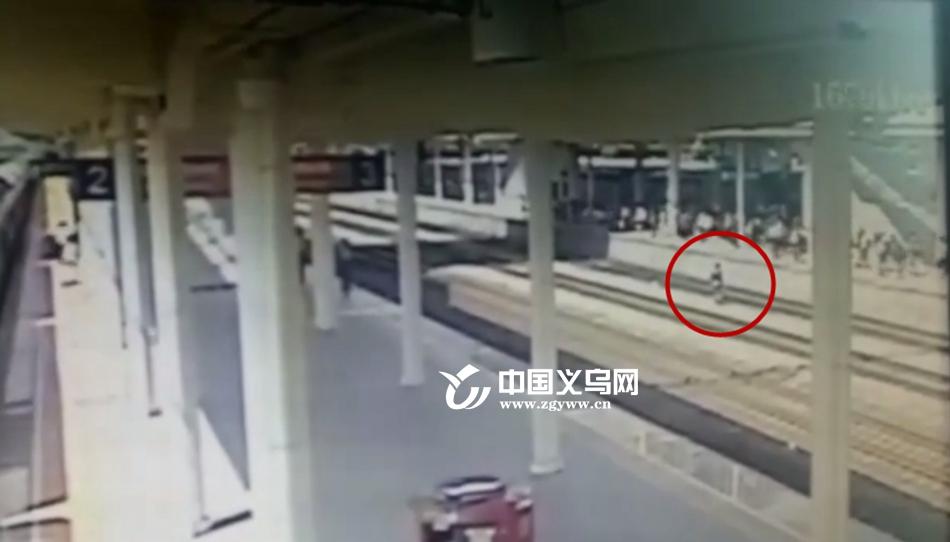 【十八力】47秒生死速递 一旅客纵身跳入轨道 义乌铁路职工合力救人