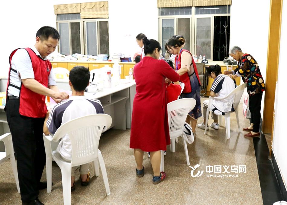 """义乌现""""家长护考队"""" 84岁奶奶上阵刮痧"""