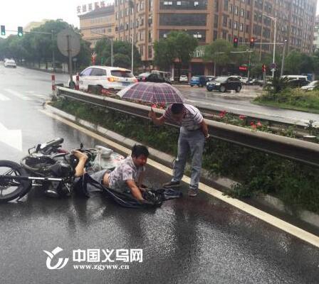 【十八力】路遇交通事故 义乌一镇长伸出援手救伤员