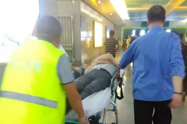 【十八力】男子晕倒在义乌火车站地道内 客运人员急伸援手