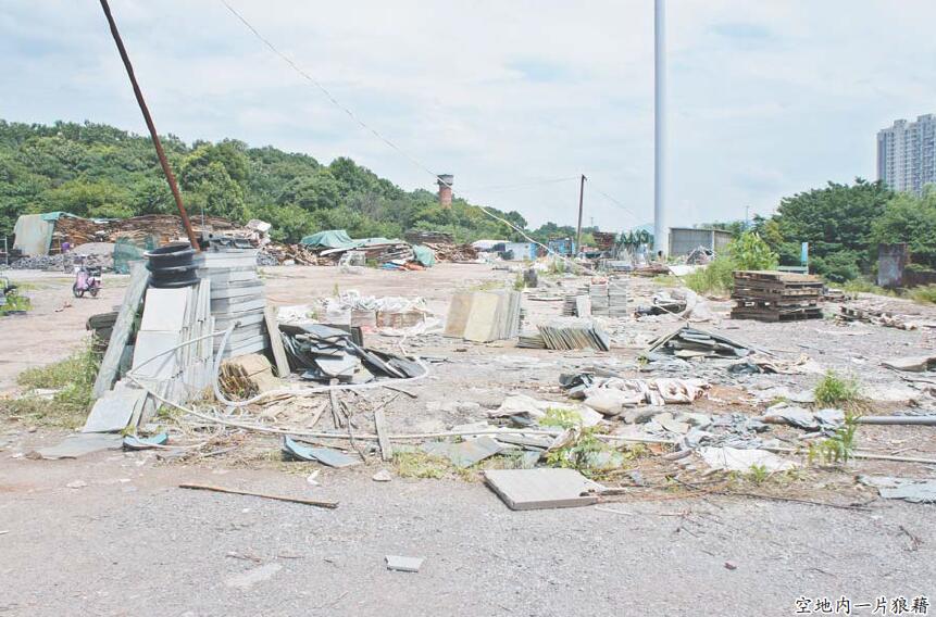 墙内墙外垃圾乱堆 大三里塘一带存在环境卫生死角
