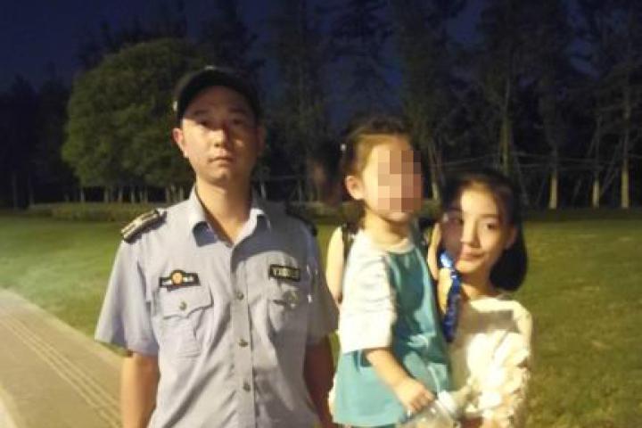 【十八力】义乌热心执法人员帮助家长找到走失女童