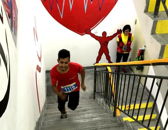 义乌首届垂直马拉松开跑 挑战35层楼