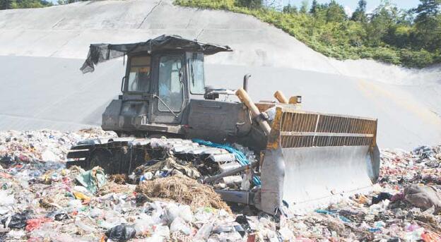 """义乌垃圾填埋场工人:在高温中""""干掉""""千吨垃圾"""