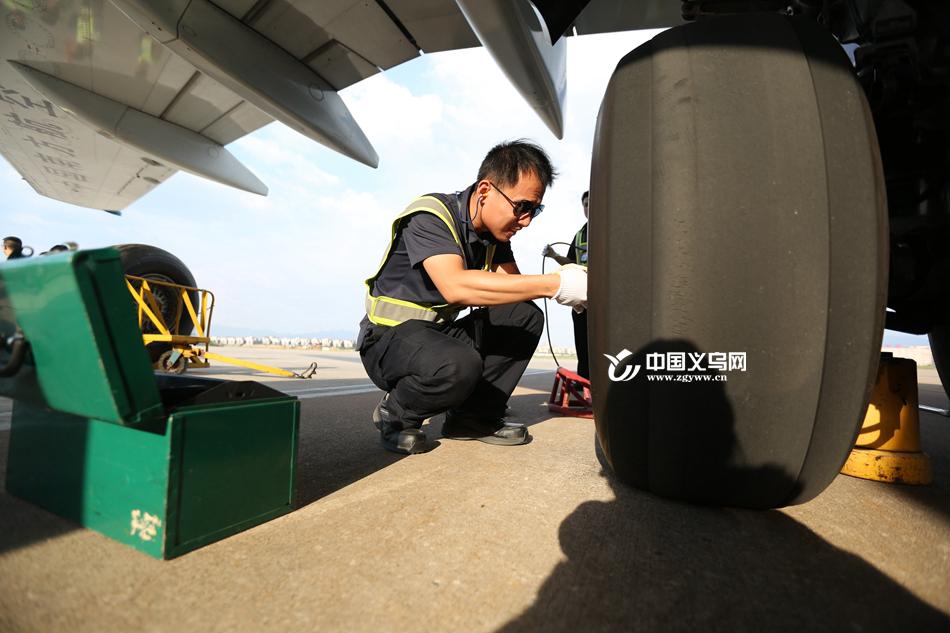 """义乌机场地勤:脚踩60℃""""铁板"""" 穿行于热浪中"""