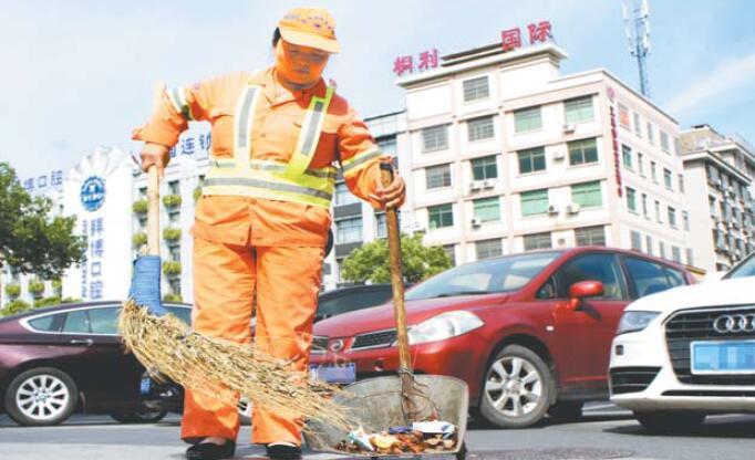 义乌环卫工人:坚守创建一线 用汗水换清洁