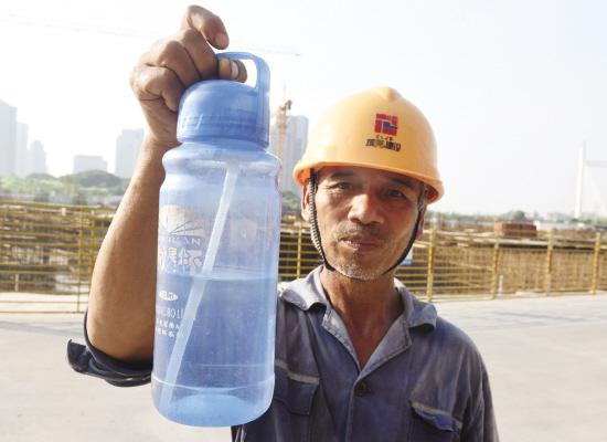高温下的建筑工人:一天喝五大瓶水