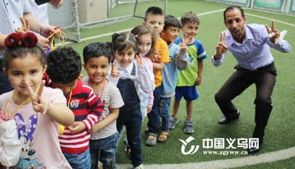 义乌中医院为外籍学生送端午香囊