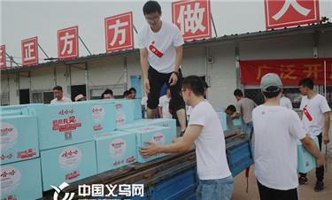 致敬城市守护者:义乌志愿者们开展公益赠饮行动