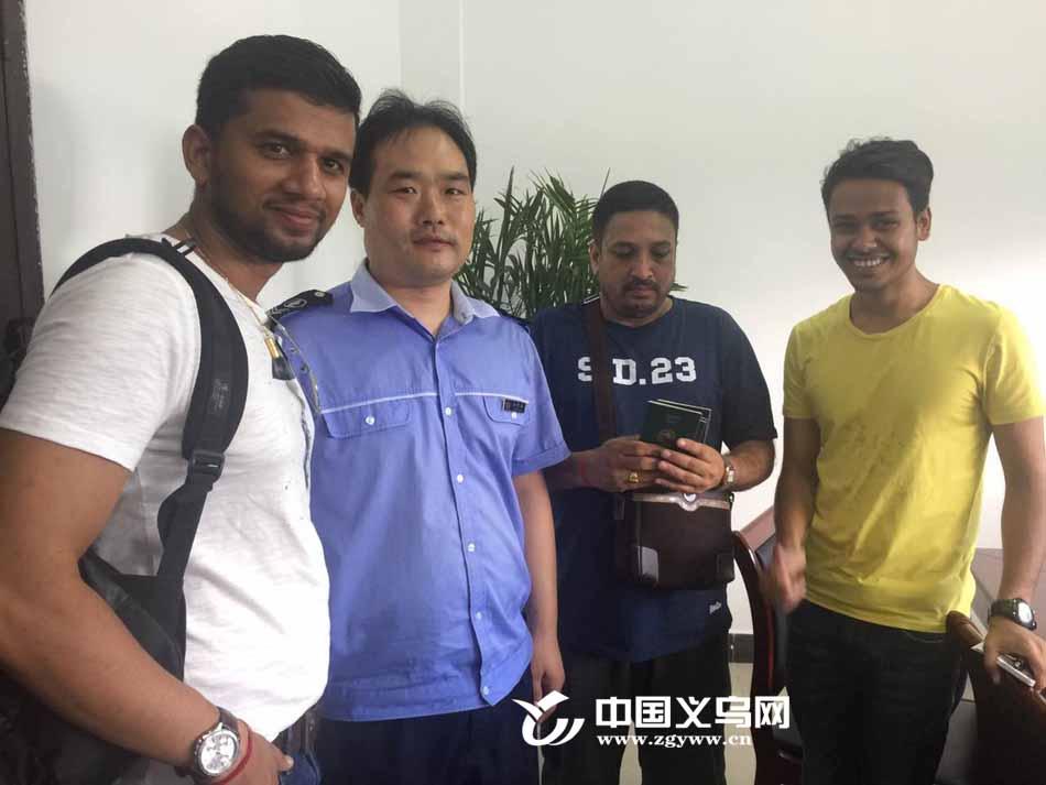 """【十八力】尼泊尔商人义乌公交车上丢失钱包 好心司机""""完璧归赵"""""""