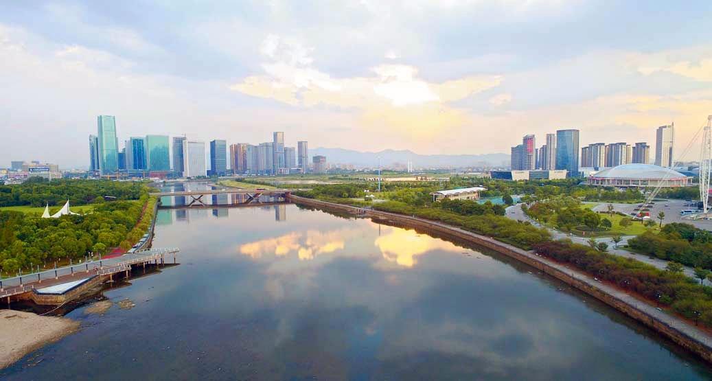 义乌:一江碧水 两岸绿树