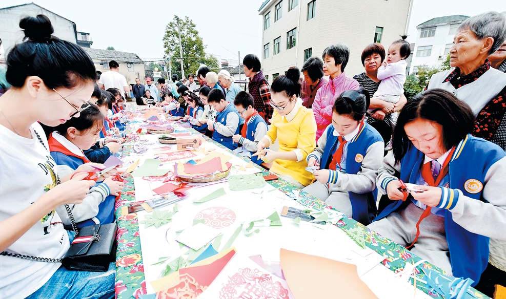义乌:艺术剪纸迎国庆