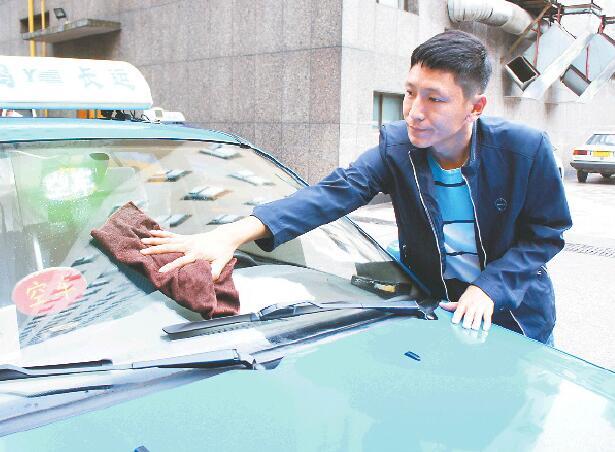 """出租车司机朱阁奇:条条大道相连 城市距离""""缩短"""""""