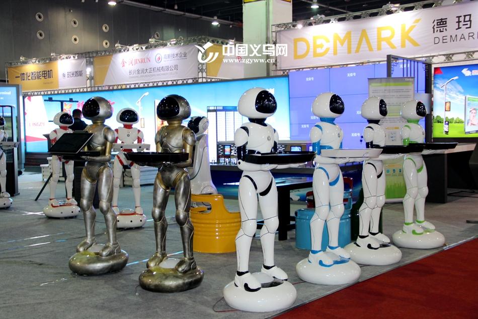 """""""赛赛""""带你逛展会 义乌智能导游服务机器人亮相智博会"""