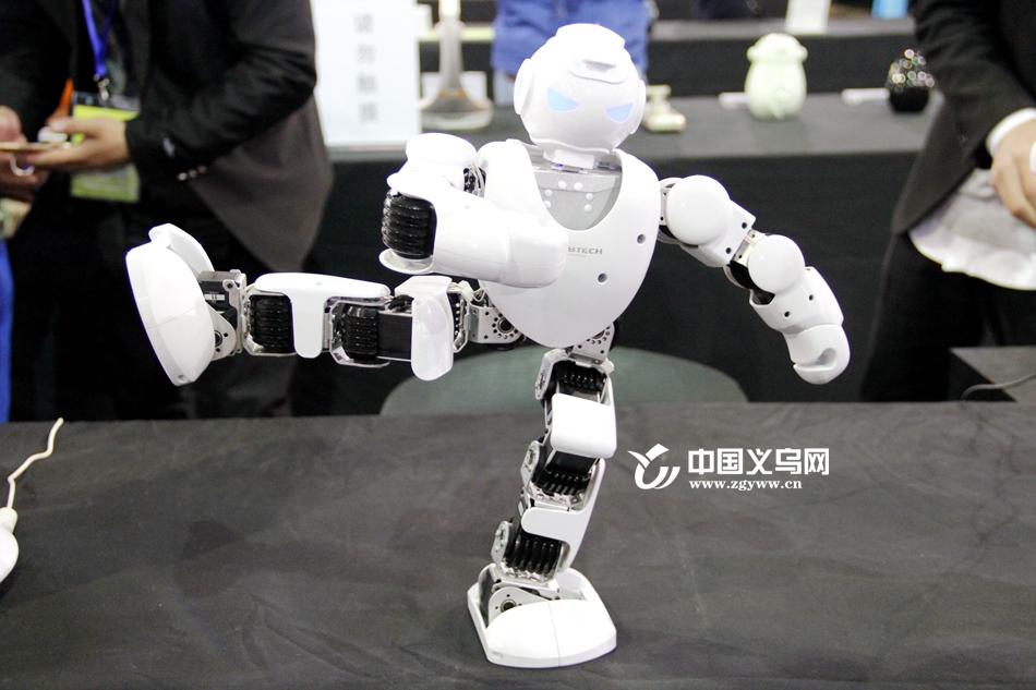 """工作、居家……遭遇全面""""入侵"""" 义乌装博会上机器人大显身手"""
