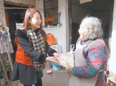 苏溪镇青年党员、团员看望孤寡老人