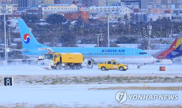 韩国济州岛遭暴雪突袭 五千名乘客滞留机场
