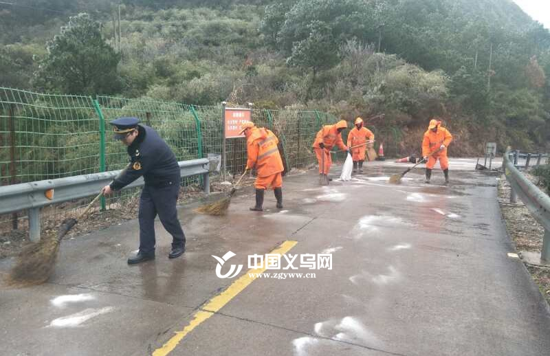 低温雨雪来袭 义乌路政部门积极应对 保障市民从容出行