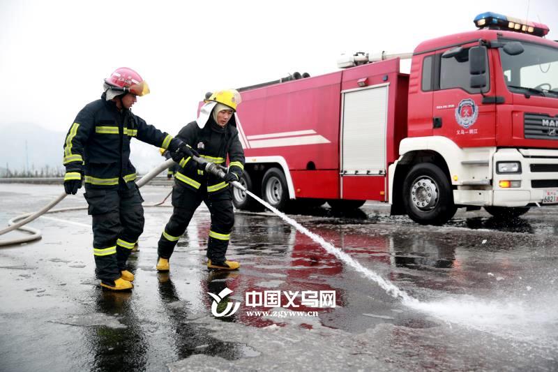 """义乌公安消防支队""""零度破冰"""" 全力保障道路畅通"""
