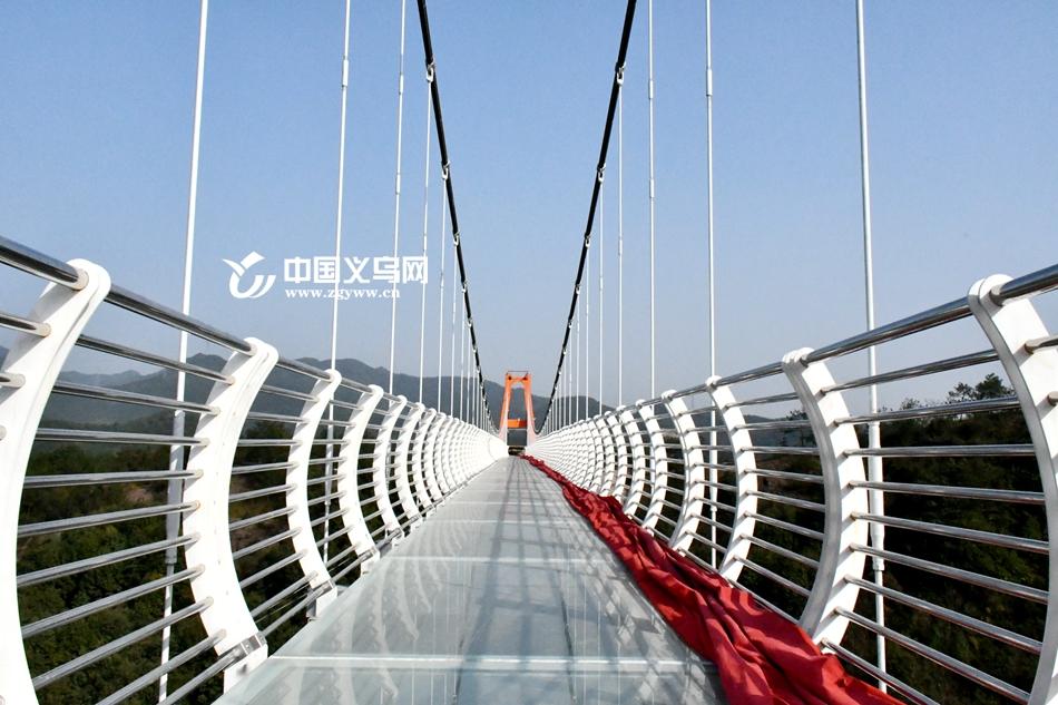 【网络媒体走转改】大年初一 相约佛堂小六石村走一走浪漫玻璃天桥吧