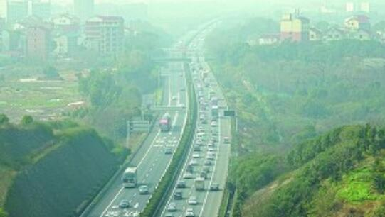 元宵前,杭金衢高速车流量仍较大 交警:发生轻微事故须及时撤离