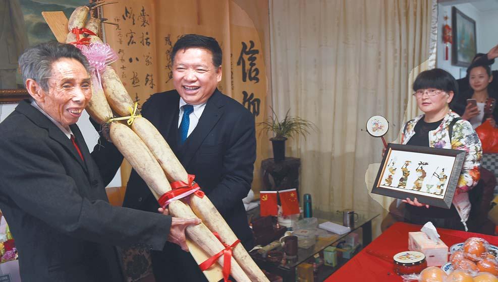 义乌各界人士代表看望谢高华 与老书记共度元宵佳节