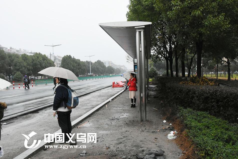 """桥接两站的斑马线隐患突出 近在咫尺的公交站为何让人险中求""""路""""?"""