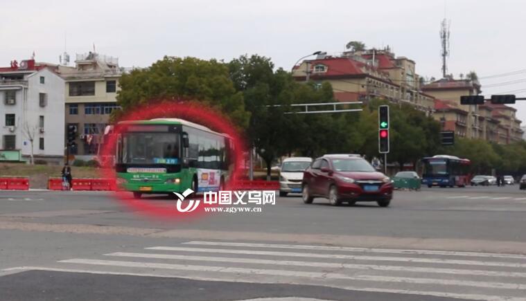 """义乌公交车、出租车""""插队""""左转 交警、运管:严查严惩!"""