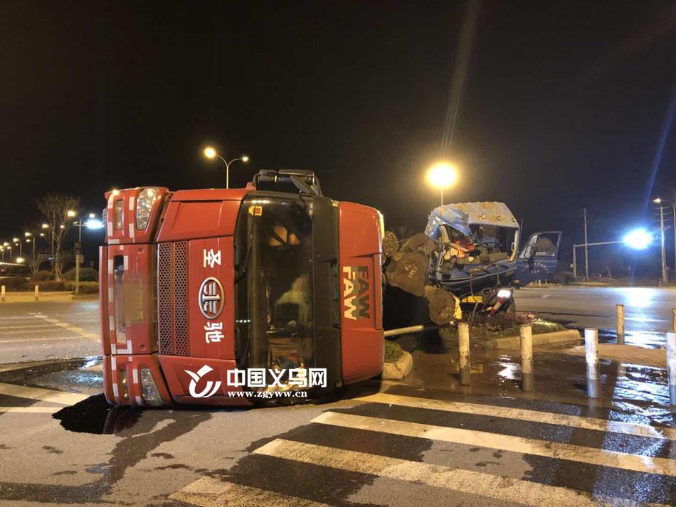 义乌一洒水车夜间闯红灯 与半挂车相撞损失惨重