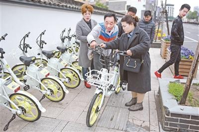 共享电单车骑进古镇