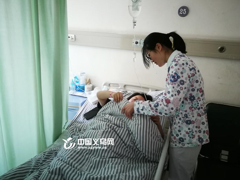 【十八力】产妇突发脐带脱垂 义乌助产士跪地手托新生命超20分钟