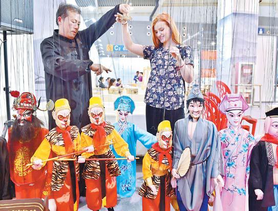 外国客商体验中国非遗文化