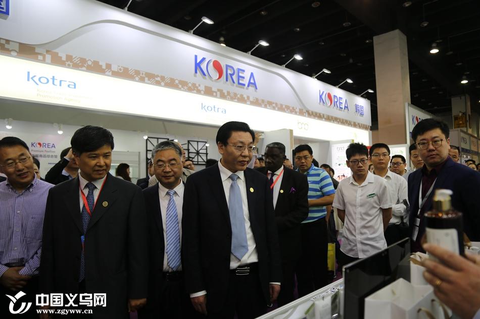 领导与嘉宾参观进口商品博览会