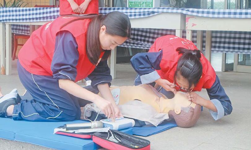 紧急救助从身边做起 爱心企业为上溪中学捐赠除颤仪
