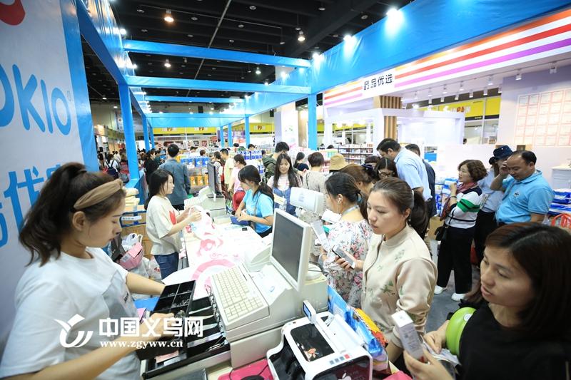 义乌:展会扫货买买买 加加微信接着买