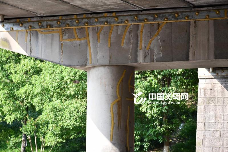 """义乌这座桥墩上发现""""蝌蚪文""""?系对桥墩裂缝进行灌浆封闭"""