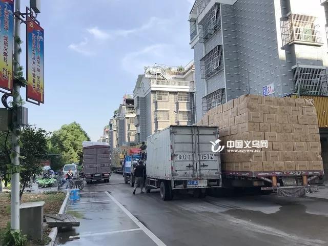 尘土飞扬、占道经营、货车乱停 义乌东新屋村环境亟待整改