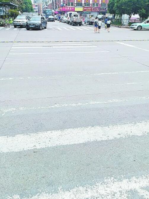 义乌:街头不少斑马线模糊不清 行人过马路存在安全隐患