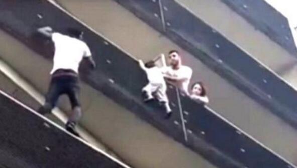 """法国现实版""""蜘蛛侠"""":男子徒手爬4楼阳台救下小孩"""