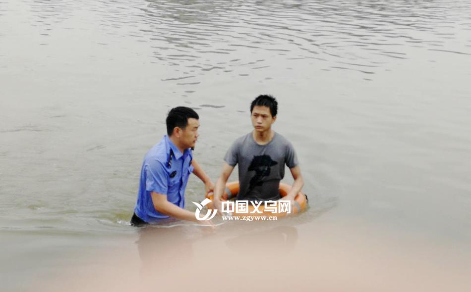 【十八力】义乌一小伙想不开跳江后被困江中 民警赶到果断纵身一跃……