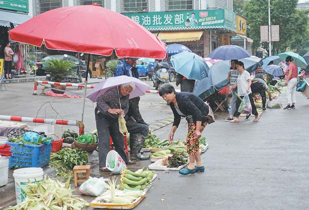 马路市场难取缔 义乌凌云菜市场外面比里面更热闹